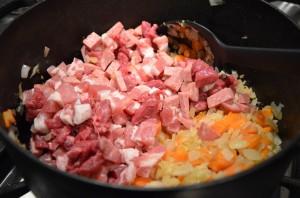 kött och lök i gryta