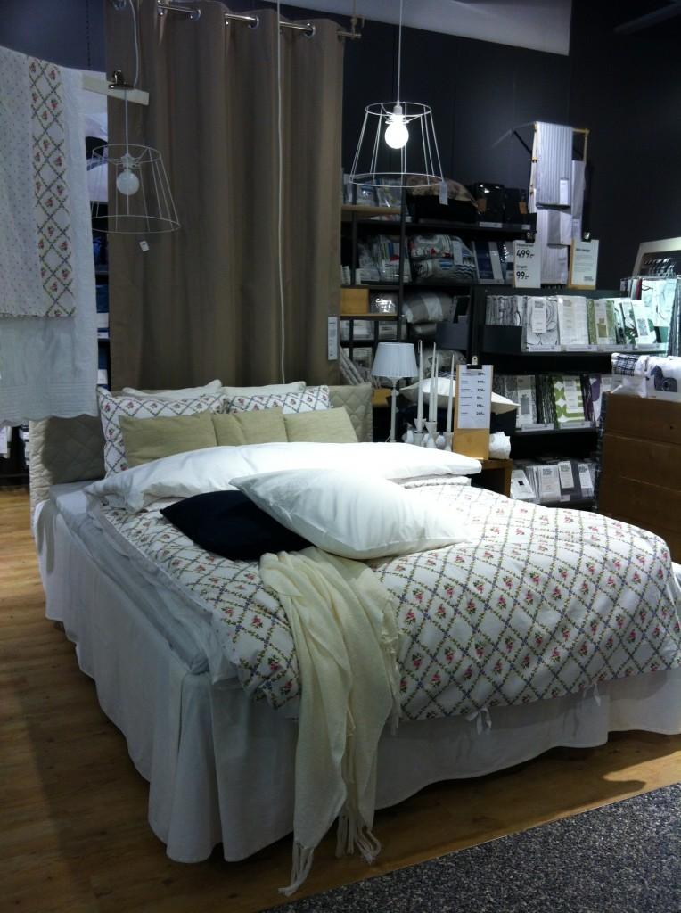Vackert bäddad säng