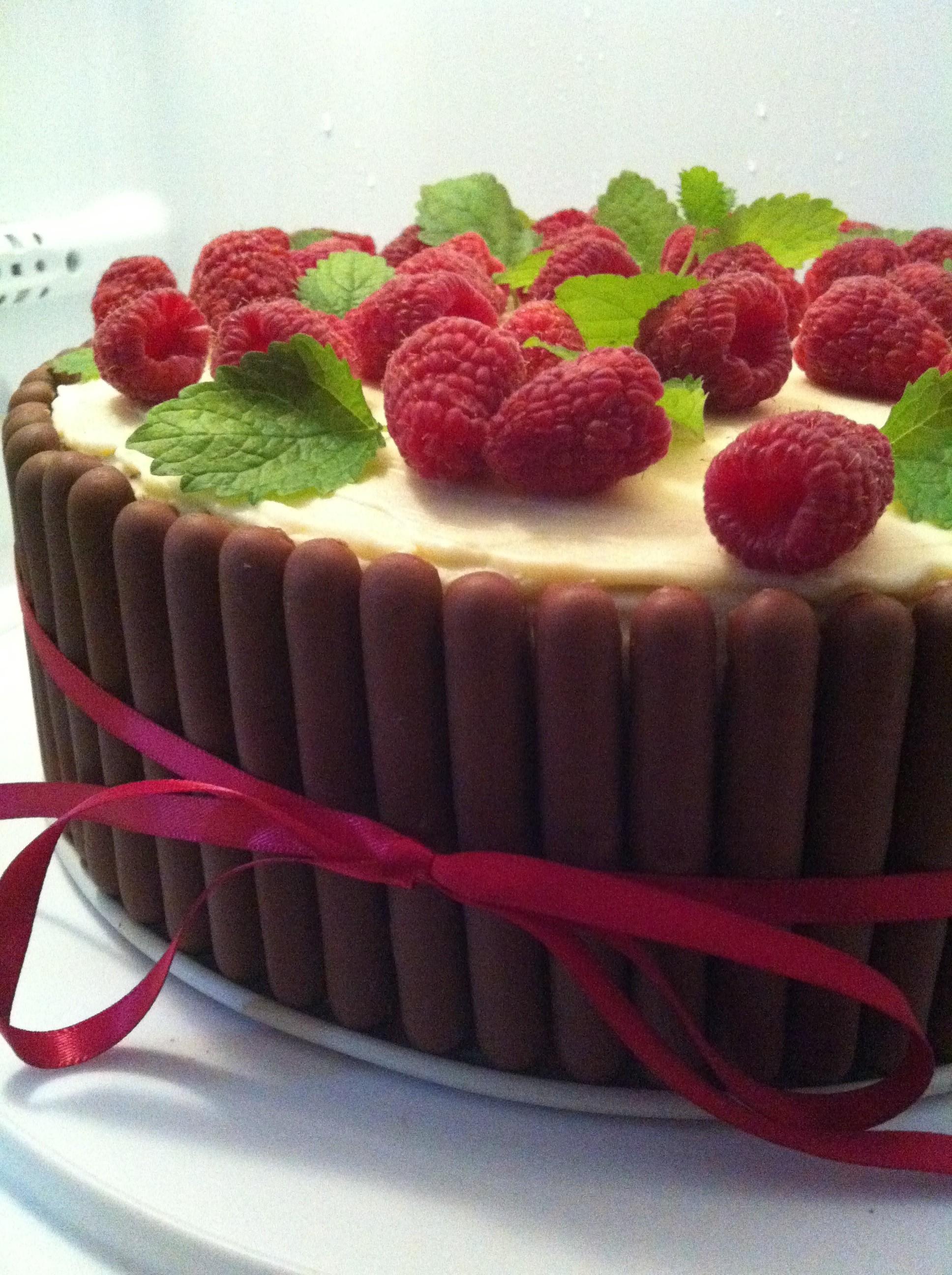 tårta med choklad och hallon