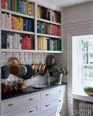 köksskåp med kokböcker