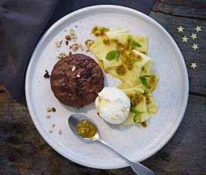 choklad-_och-pecannotsbakelse-med-ananassallad-720