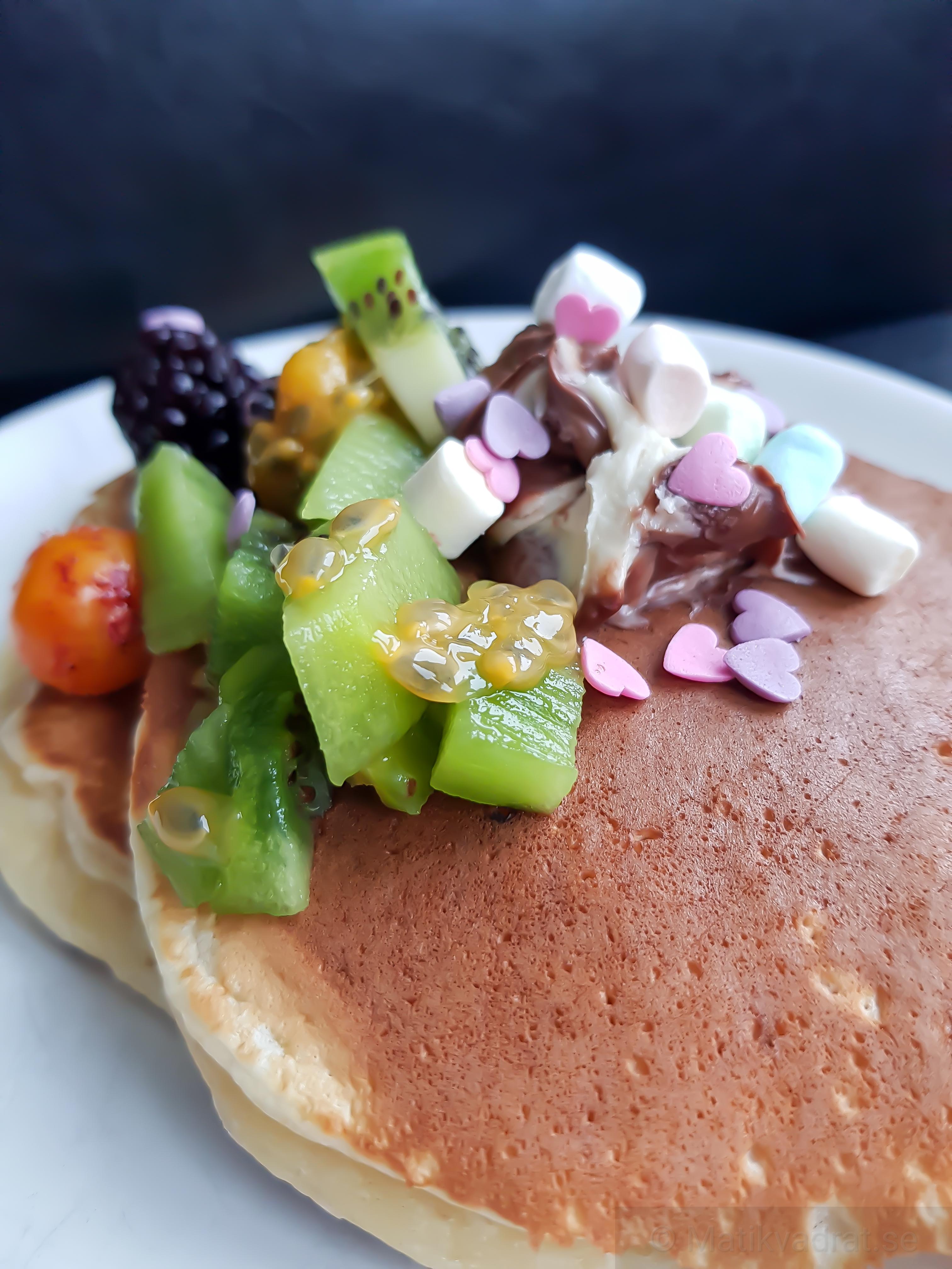 Pannkaka med frukt, bär och nutella